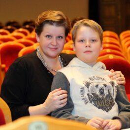 Сегодня, 10 июня, отмечает День рождения театральный режиссер, поставившая в Сарапульском театре всеми любимый «Пять вечеров», замечательный друг, заботливая жена и мама – Урсула Макарова!